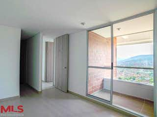 Un cuarto de baño con una puerta corredera de cristal en Aluna