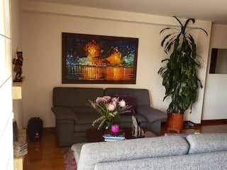Una sala de estar llena de muebles y una televisión de pantalla plana en Apartamento en Colina Campestre - Bogotá, con 3 Habitaciones y 2 Balcones - 112 mt2.