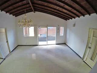 Una cocina con un ventilador de techo y un ventilador de techo en Casa de 163m2 en La Paz, Envigado - con terraza