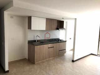 Una cocina con una estufa de fregadero y nevera en Apartamento en Rodeo Alto, Belen -120mt, tres alcobas, balcón