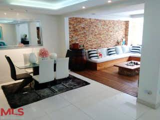 Una sala de estar llena de muebles y una ventana en Rincón de Castropol