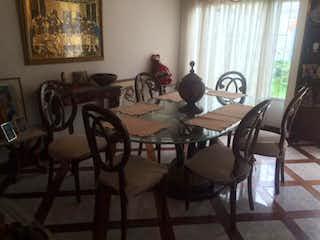 Una habitación con una mesa y una mesa en Casa en Las Villas, Suba - Cuatro alcobas
