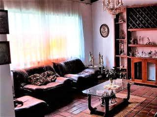 Una sala de estar llena de muebles y una chimenea en Casa en Conquistadores-Laureles, con 10 Habitaciones - 550 mt2.