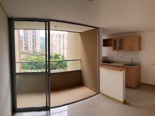 Una cocina con una ventana, un fregadero y una estufa en Maderos del Campo