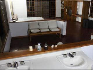 Un cuarto de baño con lavabo y un espejo en El Limonar