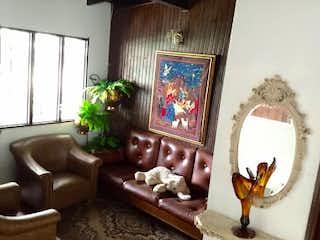 Una sala de estar llena de muebles y una chimenea en Casa en La Almeria, Medellin - Tres alcobas