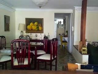 Una sala de estar llena de muebles y una ventana en Apartamento en Florida Nueva, Medellin - Tres alcobas