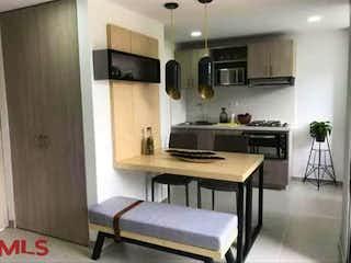 Una cocina con una mesa y sillas en Las Lomitas