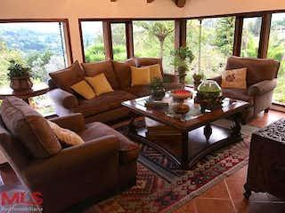 Una sala de estar llena de muebles y una gran ventana en Mirador de la Represa