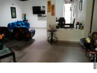 Una sala de estar llena de muebles y una televisión de pantalla plana en VENTA CASA UNIFAMILIAR LA CASTELLANA MEDELLIN