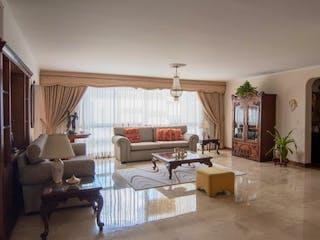 Una sala de estar llena de muebles y una ventana en VERAPAZ