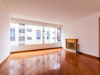 Una sala de estar llena de muebles y un suelo de madera dura en Apartamento de 206m2 en El Retiro, Bogotá - con tres habitaciones