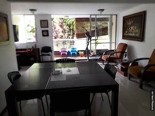 Una habitación con una mesa y sillas en ella en Apartamento en venta en Cumbres, Envigado.