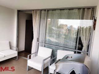 Una sala de estar llena de muebles y una ventana en Austral