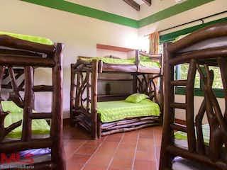 Una cama sentada en un dormitorio junto a una ventana en Poblado del Hato