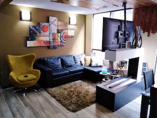 Una sala de estar llena de muebles y una televisión de pantalla plana en Apartamento en venta en Pinar de Suba, 63mt