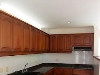 Una cocina con armarios de madera y encimeras de granito en Casa en La Abadia. Envigado - 170mt, tres alcobas, terraza