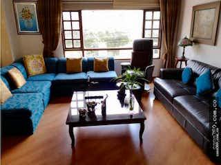 Una sala de estar llena de muebles y una gran ventana en VENTA DE APARTAMENTO EN CEDRITOS (USAQUÉN)