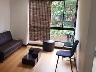 Una sala de estar llena de muebles y una televisión de pantalla plana en Apartamento en venta en Chapinero Alto de una alcoba
