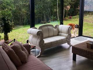 Una sala de estar llena de muebles y una gran ventana en Casa en El Alto de Palmas-Envigado, con 3 Habitaciones - 1462 mt2.