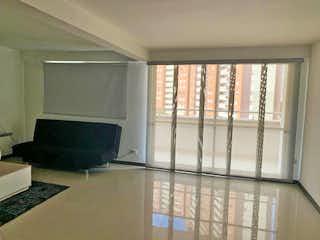 Una pequeña sala de estar con un gran ventanal en Ceiba del Norte