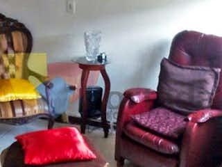 Una sala de estar llena de muebles y un sofá en Casa en Calasanz, La America - 101mt, tres alcobas, garaje