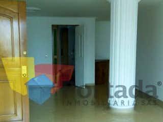 Una sala de estar llena de muebles y una ventana en athenea