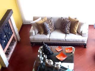 Una sala de estar llena de muebles y una chimenea en Conjunto Sausalito Casas De Campo, El Tejar, La Naveta, Cajicá, Cundinamarca