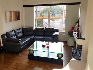 Una sala de estar llena de muebles y una televisión de pantalla plana en Casa en Prado Veraniego, Atabanza - 220mt, tres alcobas, chimenea