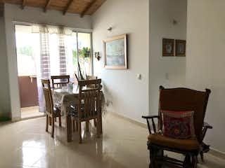 Una sala de estar llena de muebles y una ventana en Apartamento en Guarne, Antioquia - Tres alcobas