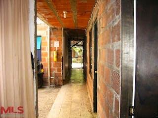 Un callejón estrecho camino que conduce a un edificio en No aplica