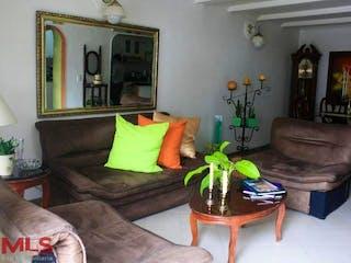 Una sala de estar llena de muebles y una planta en maceta en Villas De Vallejuelo