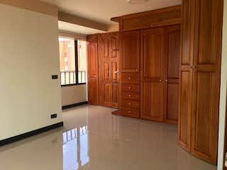 Una cocina con armarios de madera y electrodomésticos blancos en La Castellana