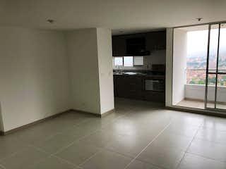 Una cocina con nevera y una ventana en Apartamento en Las Antillas, Envigado - 77mt, tres alcobas, balcón