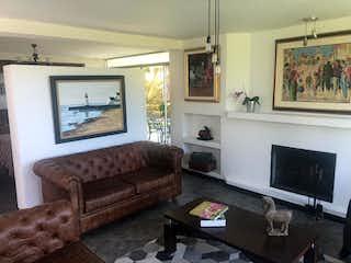 Una sala de estar llena de muebles y una chimenea en Casa en venta en Altos De La Pereira, 1581mt de dos niveles