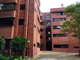 Un edificio de ladrillo alto con un reloj en él en TORRES CLARAS 104