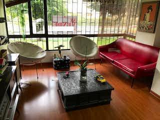 Una sala de estar llena de muebles y una gran ventana en Apartamento en La Calleja, La Carolina - 91mt, dos alcobas, chimenea