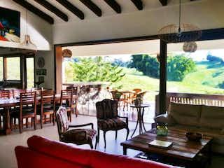 Una sala de estar llena de muebles y una ventana en Finca en en venta en Llanogrande, 3987mt