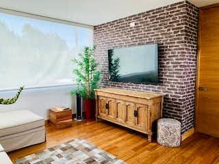 Una sala de estar llena de muebles y una televisión de pantalla plana en Casa en las Palmas,Lemont con dos niveles y tres habitaciones
