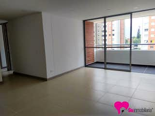 Un cuarto de baño con un inodoro rosa y una alfombra rosa en Apartamento En La Abadía-Envigado, con 3 Habitaciones - 89 mt2.