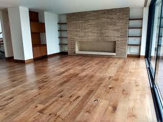 Una sala de estar con suelos de madera y suelos de madera en Casa en Usaquen, Usaquen - 386mt, tres alcobas, chimenea, balcón