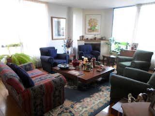 Una sala de estar llena de muebles y una chimenea en San Luis