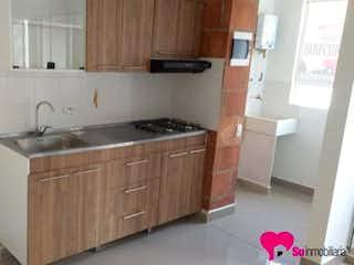 Una cocina con una estufa de fregadero y armarios en Apartamento en Bello, La Madera - 65mt, dos alcobas, balcón