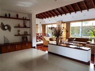 Una gran sala de estar con un gran ventanal en Casa  sobre la vía chía-cota, dos niveles