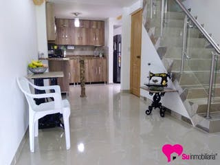 Una sala de estar llena de muebles y una ventana en Casa en Bello, Niquia - 61mt, tres niveles, dos alcobas