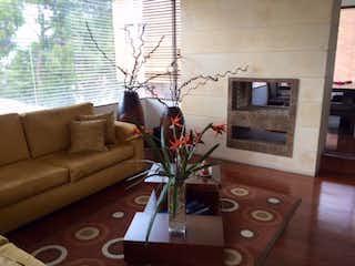 Una sala de estar llena de muebles y una televisión de pantalla plana en Casa En Arriendo/venta En Bogota Sotileza