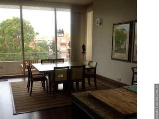 Una sala de estar llena de muebles y una mesa en Penthouse en Santa Barbara Occidental, Santa Barbara - 325mt, tres alcobas, terraza