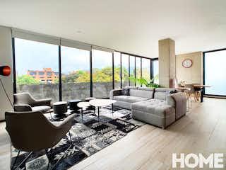 Una sala de estar llena de muebles y una gran ventana en La casa del arbol
