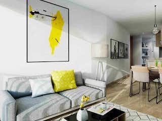 Una sala de estar llena de muebles y una mesa en Sky 21