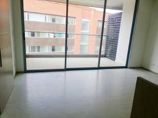 Una ventana que está abierta en una habitación en -